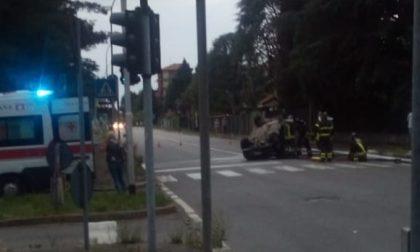 Auto si ribalta, paura lungo il viale: due feriti