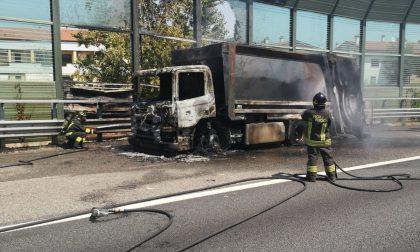 Coda sulla A4 per un mezzo pesante in fiamme FOTO