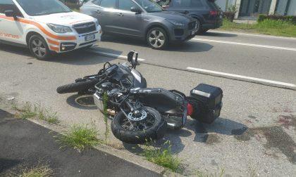Grave scontro tra auto e moto: centauro finisce in ospedale FOTO