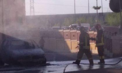 Auto in fiamme, conducente salvo appena in tempo FOTO