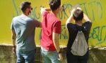 Giovani volontari all'opera per cancellare le scritte contro il sindaco Ballarini