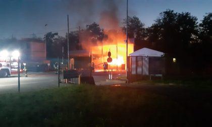 Incendio alla piattaforma ecologica LE FOTO
