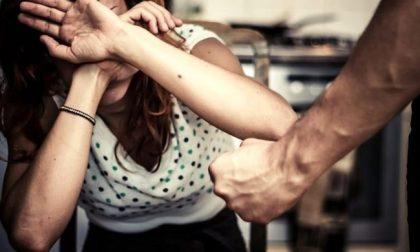 Minaccia e picchia la ex: arrestato