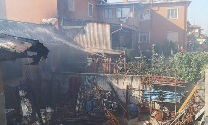 Incendio in un capannone a Vanzaghello: arrivano i pompieri – LE FOTO