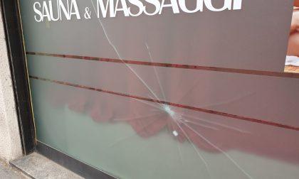 Magenta, sampietrini contro le vetrine