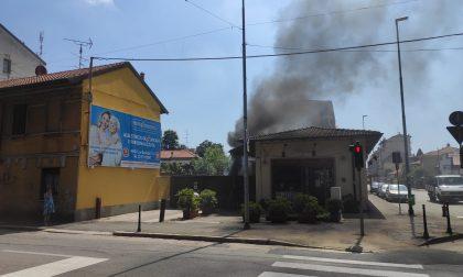 Incendio nel cortile della pasticceria, fumo nel centro città FOTO