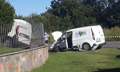 Finiscono con il furgoncino contro il cancello di una casa FOTO