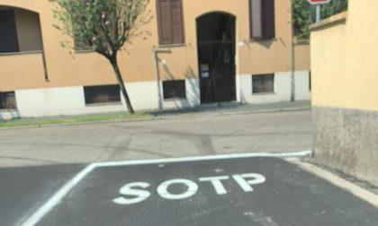"""La scritta """"Sotp"""" sull'asfalto scatena il tam tam"""