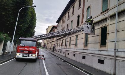 Cadono calcinacci da un cordolo: pompieri sul posto