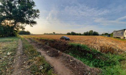 Auto si ribalta e finisce in un campo FOTO