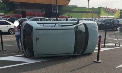 Auto si ribalta nel parcheggio del Bennet FOTO