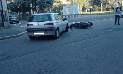 Auto si scontra con uno scooter: traffico bloccato FOTO