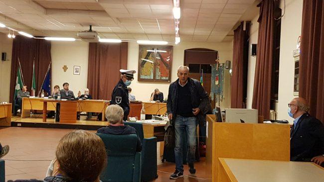Busto Garolfo, Luigi Cardani buttato fuori dall'aula in Consiglio