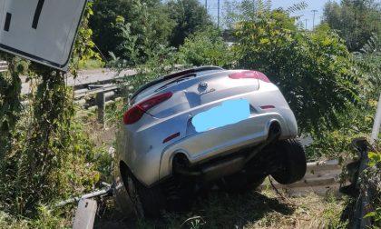 Rho: Finisce con l'auto nel canale e poi denuncia il furto del veicolo