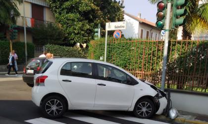Grave incidente: due auto finiscono sul marciapiede FOTO