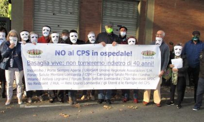 """Protesta durante lo spettacolo teatrale: """"No allo spostamento del Cps all'ospedale di Passirana"""""""