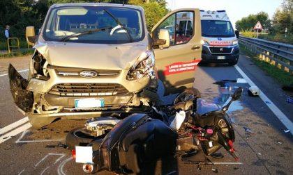 Scontro tra van e scooter: lunghe code e traffico paralizzato sulla Vigevanese
