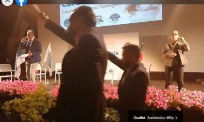 Saluto fascista al comizio del candidato sindaco