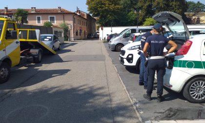 Fugge dalla Polizia Locale, gli agenti riescono a sequestrargli l'auto