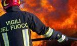 Capannone in fiamme a Caronno Pertusella, pompieri al lavoro