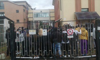 """Studenti in protesta all'Ipsia, """"Non c'è distanziamento in classe"""""""