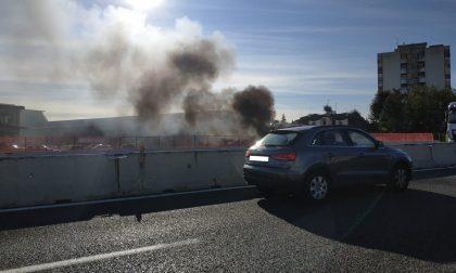 Auto in fiamme in autostrada a Lainate: traffico bloccato FOTO