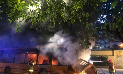 Pullman a fuoco in corso Europa FOTO E VIDEO