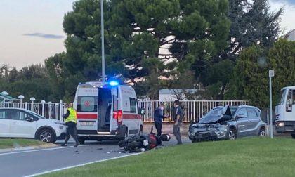 Violento impatto tra uno scooter e un'auto: centauro sfonda e piega il cofano della macchina FOTO