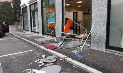 Spaccata a Parabiago: ladri perdono il bancomat per strada e fanno un incidente FOTO