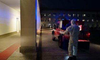 Pompieri in azione per sanificare gli ospedali FOTO