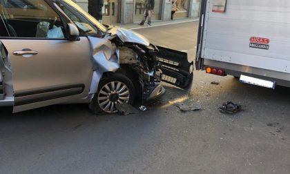 Perde il controllo dell'auto e finisce contro un furgone FOTO
