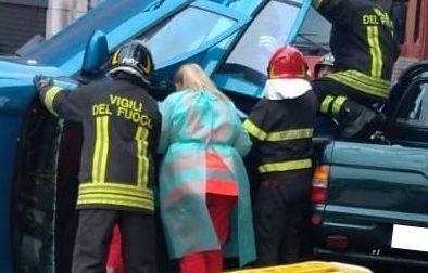 Auto si ribalta dopo lo scontro con altre 3 macchine: donna rimane incastrata FOTO