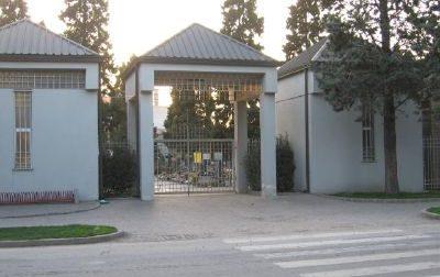 Custode del cimitero si rifiuta di ritirare le ceneri di un defunto: polemica a Pero