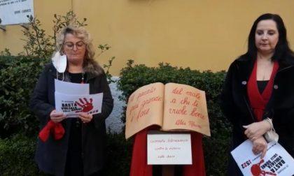 Una sedia rossa sospesa e la poesia di Merini contro la violenza sulle donne