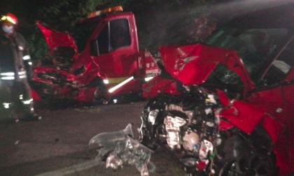 Terribile scontro tra un carro attrezzi e un'auto lungo la Sp183 FOTO