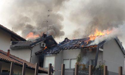 Va a fuoco il tetto di un'abitazione VIDEO