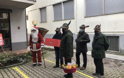 Gli Alpini diventano elfi e guidano Babbo Natale a consegnare regali FOTO e VIDEO
