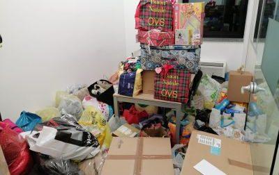 Lettori straordinari riempiono la redazione di pacchi dono per aiutare la famiglia indigente