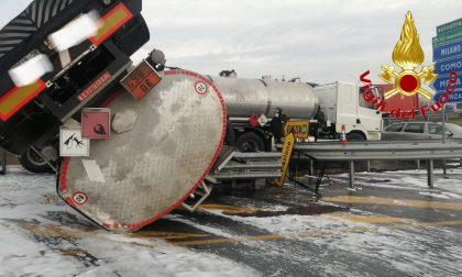 Cisterna di gasolio si ribalta sulla Rho-Monza: c'è un ferito