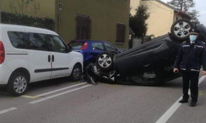 Auto si ribalta e finisce contro due auto in sosta FOTO
