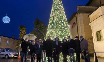 Acceso albero di Natale e luminarie come segno di speranza FOTO