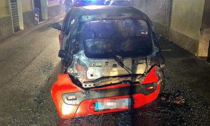 Auto in fiamme in via Collodi e la vettura… si sposta da sola FOTO