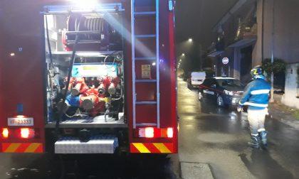 Due auto prendono fuoco nel cortile: paura in via Filiberto FOTO