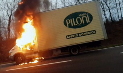 Furgone in fiamme mentre viaggia, paura in via Milano FOTO