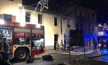 Casa a fuoco, arrivano i pompieri FOTO