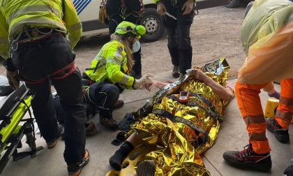 Operaio schiacciato da un cassone di cento chili: è in gravi condizioni