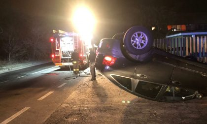 Le foto dell'auto ribaltata dopo il rocambolesco incidente