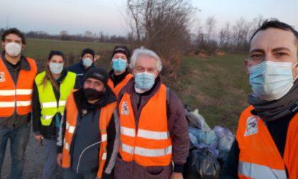 Volontari ripuliscono la provinciale 109
