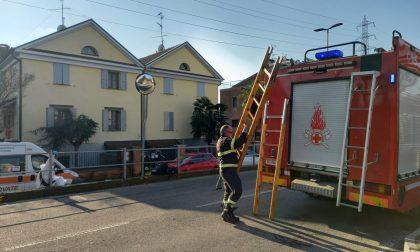 Uomo chiuso in casa, arrivano i pompieri