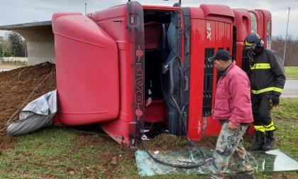 Camion si ribalta a Magnago: arrivano i soccorsi FOTO